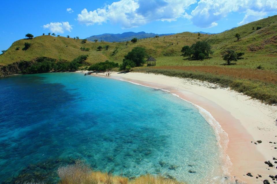 Пляж с розовым песком