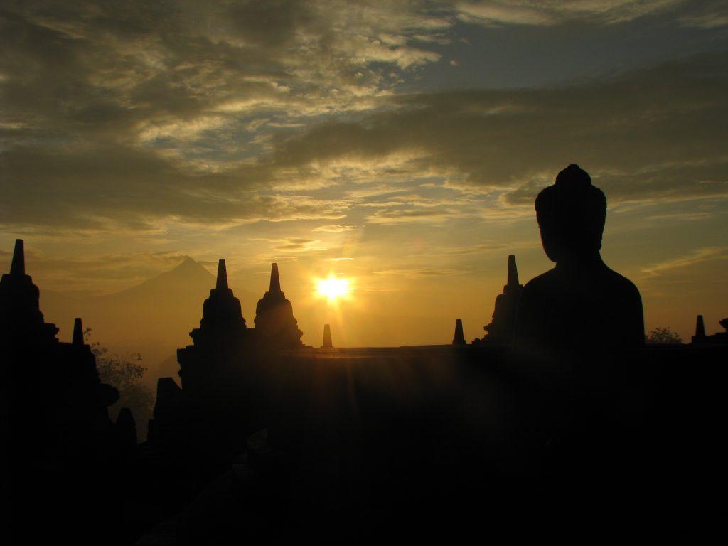 статуя Будды на закате